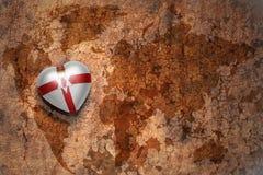 Coeur avec le drapeau national de l'Irlande du Nord sur un fond de papier de fente de carte du monde de vintage Images libres de droits