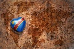 Coeur avec le drapeau national de la République démocratique du Congo sur un fond de papier de fente de carte du monde de vintage Images libres de droits