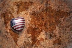 Coeur avec le drapeau national des Etats-Unis d'Amérique sur un fond de papier de fente de carte du monde de vintage Images stock