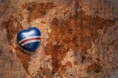 Coeur avec le drapeau national du Cap Vert sur un fond de papier de fente de carte du monde de vintage Image libre de droits
