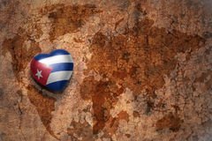 Coeur avec le drapeau national du Cuba sur un fond de papier de fente de carte du monde de vintage Images libres de droits