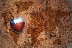 Coeur avec le drapeau national du piment sur un fond de papier de fente de carte du monde de vintage Photos libres de droits