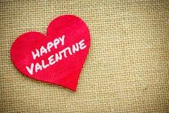 Coeur avec le mot heureux de valentine d'isolement sur un tissu de toile de jute Jour de valentines et concept d'amour Images stock
