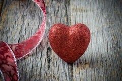 Coeur avec le ruban sur le fond en bois de vintage Photographie stock