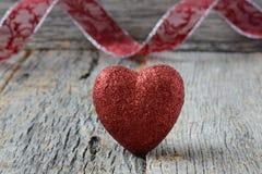 Coeur avec le ruban sur le fond en bois de vintage Photo stock