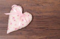 Coeur avec les roses et le ruban rose Photo stock