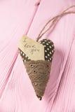 Coeur avec une inscription sur un fond en bois Images stock