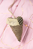 Coeur avec une inscription sur un fond en bois Photo stock