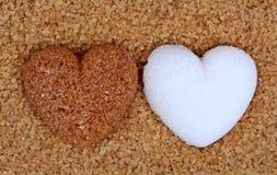 Coeur beige de sucre avec le coeur de sucre blanc sur le fond de sucre Photo libre de droits