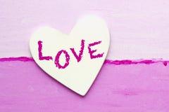 Coeur blanc avec l'amour de mot sur la toile rose Images libres de droits