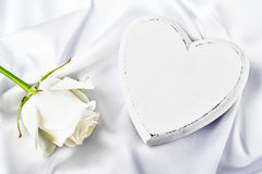 Coeur blanc avec la rose de blanc Photographie stock