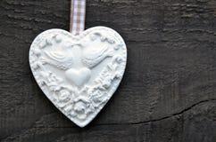 Coeur blanc décoratif sur le fond en bois rustique Valentine Heart Jour du ` s de Valentine ou concept d'amour Photographie stock