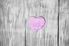 Coeur blanc découpé dans un conseil en bois Fond Photos libres de droits