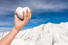 Coeur blanc de neige à disposition sur la montagne Photographie stock