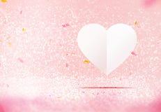 Coeur blanc de papier flottant à la pièce de scintillement de scintillement de rose en pastel Photo libre de droits