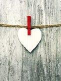 Coeur blanc de papier sur une corde sur le fond en bois grunge Photo stock
