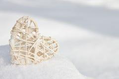 Coeur blanc de valentine dans la neige Images stock