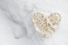 Coeur blanc de valentine dans la neige Photographie stock libre de droits