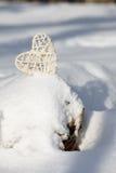 Coeur blanc de valentine dans la neige Photo libre de droits