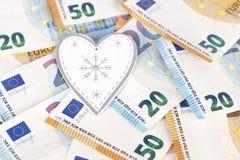Coeur blanc et gris avec l'euro l'euro note la réflexion argent d'amour Photo libre de droits