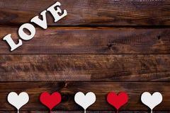 Coeur blanc et rouge avec l'amour de mot Photos libres de droits