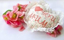 Coeur blanc fait main de textile avec la maman d'amour de l'inscription I et les pétales de roses rouges Un thème heureux du jour Photos stock