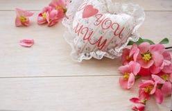 Coeur blanc fait main de textile avec la maman d'amour de l'inscription I et les pétales de roses rouges Un thème heureux du jour Image libre de droits