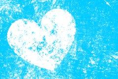 Coeur blanc grunge sur le fond bleu Image stock