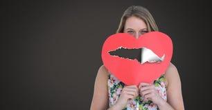 Coeur blessé d'amour de participation de femme avec le papier déchiré Photos stock