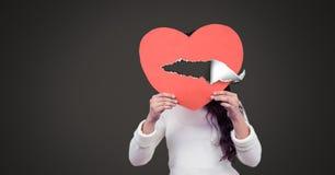 Coeur blessé d'amour de participation de femme avec le papier déchiré Images stock