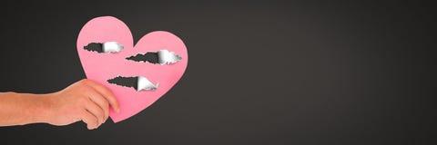 Coeur blessé d'amour de participation de main avec le papier déchiré Image libre de droits