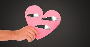 Coeur blessé d'amour de participation de main avec le papier déchiré Photographie stock