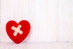Coeur blessé sur le fond en bois blanc Photos libres de droits