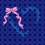 Coeur bleu avec un arc rose Images stock