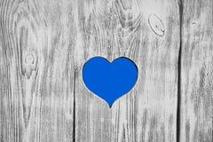 Coeur bleu découpé dans un conseil en bois Fond Image libre de droits