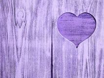 Coeur bleu découpé dans un conseil en bois Fond Carte postale, valentine Photos stock