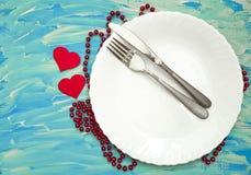 Coeur bleu de fond de couteau de fourchette, Saint Valentin blanc de plat Photo libre de droits
