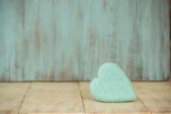 Coeur bleu de jour de valentines sur le fond en bois de vintage Image stock