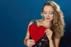 Coeur bleu de rouge de fond de femme de Saint Valentin de St Photos libres de droits
