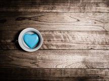 Coeur bleu en céramique dans la tasse de café Photos stock