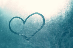 Coeur bleu tiré par la main sur le carreau de fenêtre Photos stock