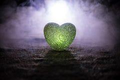 Coeur brûlant de LED Concept de Valentine Fond brumeux modifié la tonalité foncé Images libres de droits