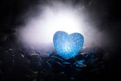 Coeur brûlant de LED Concept de Valentine Fond brumeux modifié la tonalité foncé Images stock