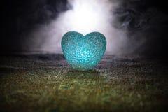 Coeur brûlant de LED Concept de Valentine Fond brumeux modifié la tonalité foncé Photo libre de droits