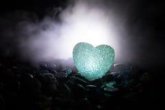 Coeur brûlant de LED Concept de Valentine Fond brumeux modifié la tonalité foncé Image libre de droits