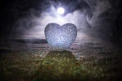 Coeur brûlant de LED Concept de Valentine Fond brumeux modifié la tonalité foncé Photo stock