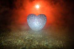 Coeur brûlant de LED Concept de Valentine Fond brumeux modifié la tonalité foncé Photographie stock