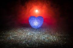 Coeur brûlant de LED Concept de Valentine Fond brumeux modifié la tonalité foncé Image stock
