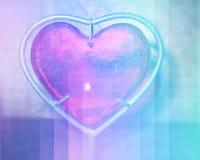Coeur brûlant avec des flammes sur le fond bleu Photos stock