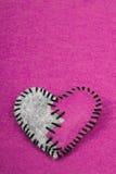 Coeur brisé piqué de feutre sur a sur le fond rose Photos libres de droits